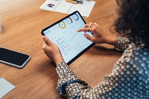Femme regardant des données sur une tablette